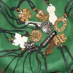 Privjesci s različitim slogovima svetih mantri (od kosti).