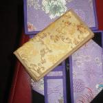 Ručne narukvice od crnog kamena s Mani mantrom i lotosom.